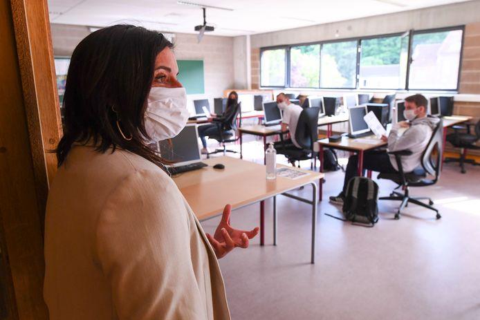 Illustratiebeeld: een lerares aan het werk in een school in Waver.