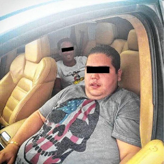 Nasserdine aan het stuur met achteraan de lachende gangster Anass El A.