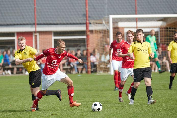 Spelers van VV Ruurlo (in het geel) hier op archiefbeeld tegen Reunie. VV Ruurlo verloor met 0-2 van FC Trias