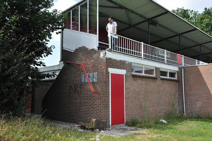 Peter Muller, voorzitter van RKVV Roosendaal, bij de gesloopte tribune.