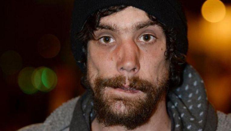 De dakloze Chris Parker (33) stond te bedelen voor de foyer toen de bom ontplofte. Hij aarzelde niet en rende naar binnen om de slachtoffers te helpen.