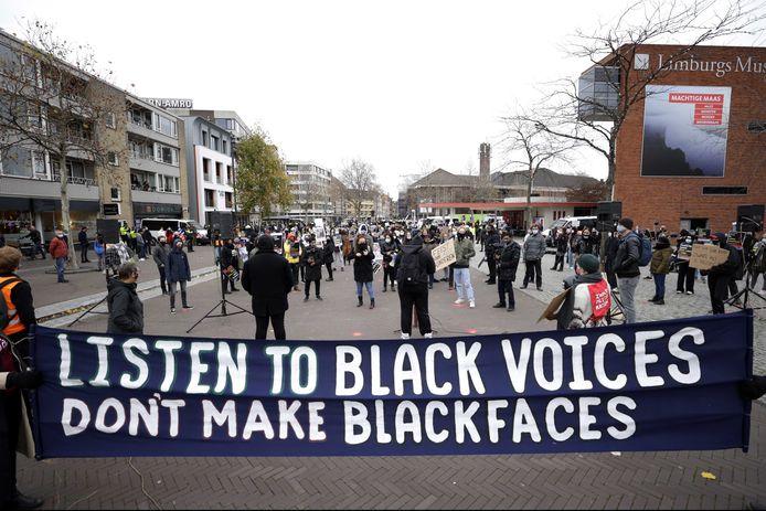 Demonstranten tijdens een protestactie van Kick Out Zwarte Piet (KOZP) tegen grijze piet. De grijze variant moet vanaf 2021 Zwarte Piet vervangen in Venlo. Voor KOZP zijn alleen roetveegpieten acceptabel.