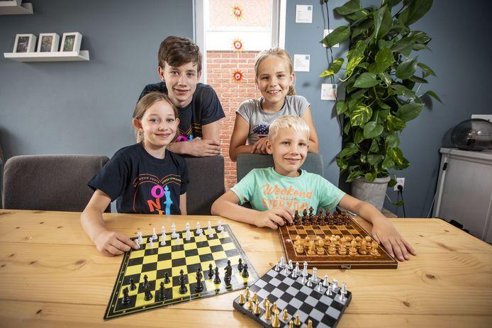 De jeugdschakers Barto Visser, Nynke Weessies (boven), Alma Visser en Wouter Weessies (onder).