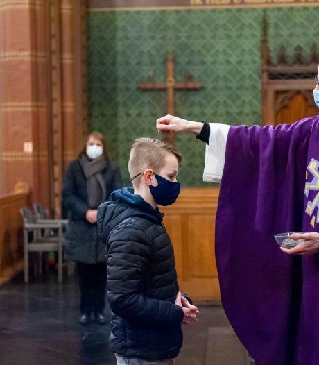Askruisje halen in Nicolaaskerk Helvoirt anders tijdens de coronacrisis op Aswoensdag