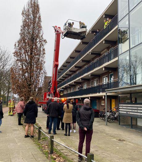 Brandweer Harderwijk staat voor bijzondere klus als chauffeur van rouwauto vast komt te zitten in lift