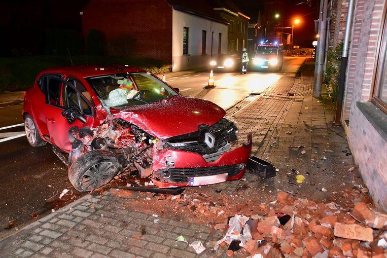 De Renault Clio was volledig verloren na de klap tegen de gevel.