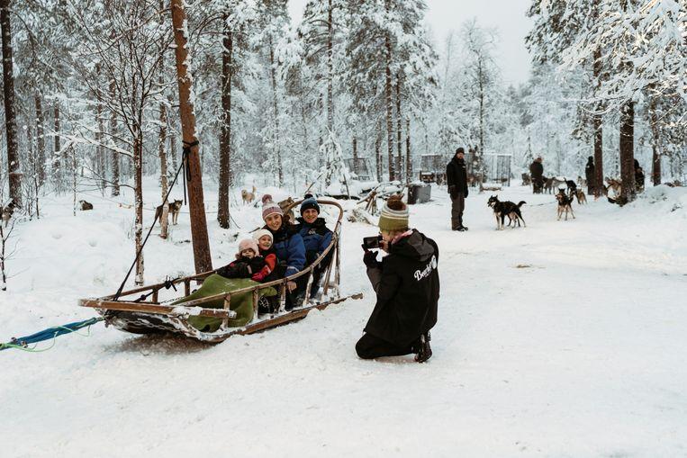 In Santa Claus Village maken een half miljoen bezoekers per jaar een ritje met de hondenslee. Beeld Rebecca Fertinel