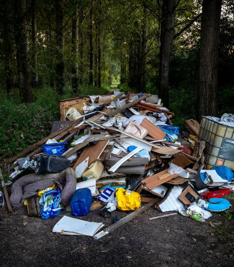 Grote berg huisraad illegaal gedumpt in Drutensche Waarden: 'Wat een varkens zeg'