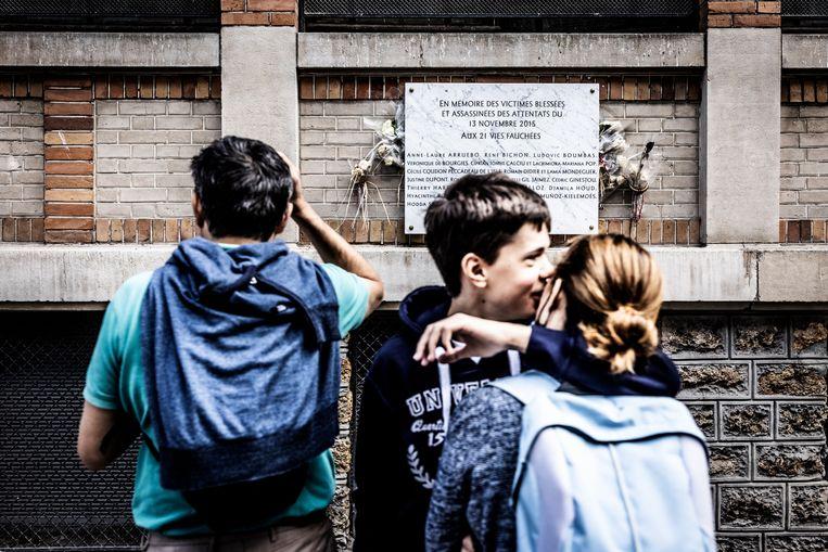 De gedenksteen aan La Belle Equipe vermeldt de namen van de slachtoffers. Beeld Franky Verdickt