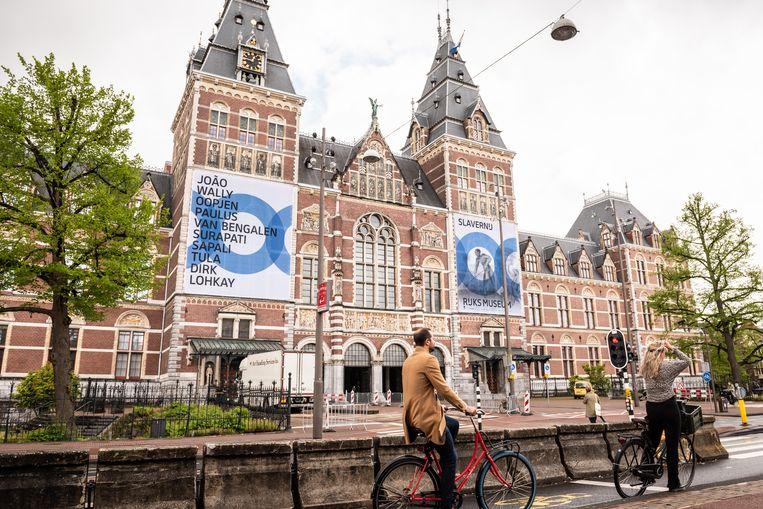 De tentoonstelling  'Slavernij' in het Rijksmuseum in Amsterdam belicht de slavernij aan de hand van de persoonlijke verhalen van de tien mensen die op het linkerdoek vermeld staan. Beeld Simon Lenskens