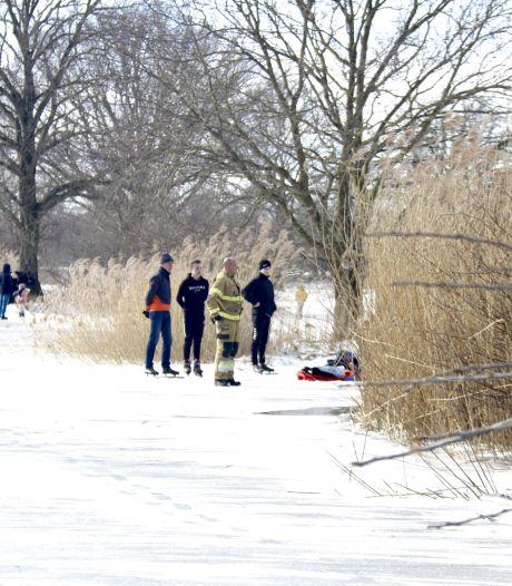 Opa raakt gewond op ijs in Beugen; 'schaatsstraat' naar de Vilt afgesloten vanwege hinder hulpverlening