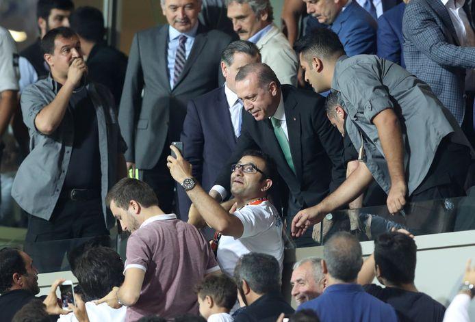 Le président turc Recep Tayyip Erdogan présent dans les tribunes du Basaksehir (archives)