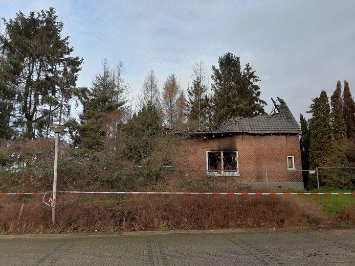 De voormalige woning aan de Nieuweweg in Doetinchem is volledig uitgebrand. Mogelijk ligt er een stoffelijk overschot onder het puin.
