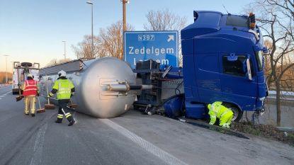 Tankwagen kantelt op E40 in Loppem: bestuurder gewond naar ziekenhuis