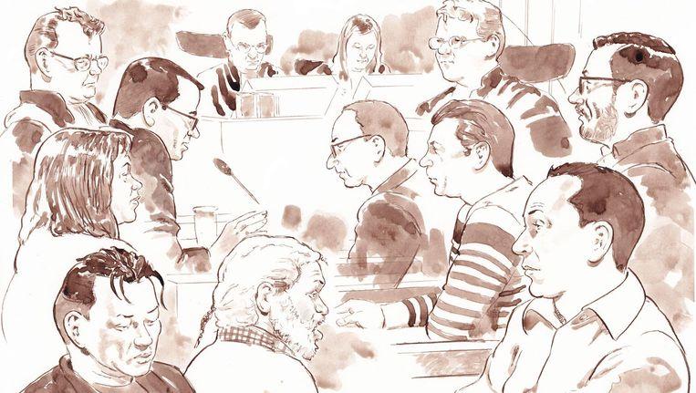Een rechtbanktekening van het laatste woord in het Passageproces op 20 april. VLNR advocaat Nico Meijering, Pinny S., Dino S., Jesse R., Siegfried S., advocaat-generaal Frits Posthumus, Freek S., advocaat-generaal Cynthia de Jong, Nan-Paul de B., voorzitter van het Hof Mr. Ruud Veldhuisen, Mohammed R., Sjaak B. Beeld anp