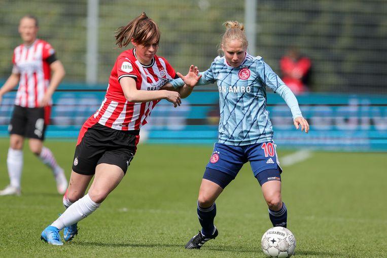 Ajax-speelster Linda Bakker tegen PSV'er Romee Leuchter. Beeld Pro Shots / Remko Kool