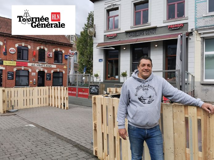 Filip Schoer voor 't Dagelijks Genot en café De Mustang op het Claesplein in Lembeek.
