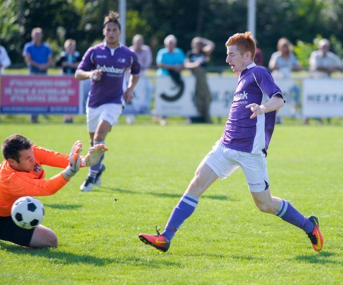 Dylan Adelaar (rechts, hier in zijn tijd bij Bruse Boys) stapt over naar FC De Westhoek.