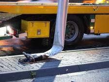 Keren op de weg mislukt: politieauto rijdt lantaarnpaal omver in Venlo