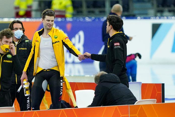 Sven Kramer feliciteert teamgenoot Patrick Roest.