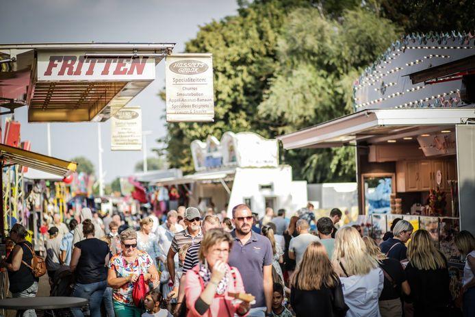 Duizenden mensen komen een kijkje nemen op de startdag van de Hasseltse kermis.