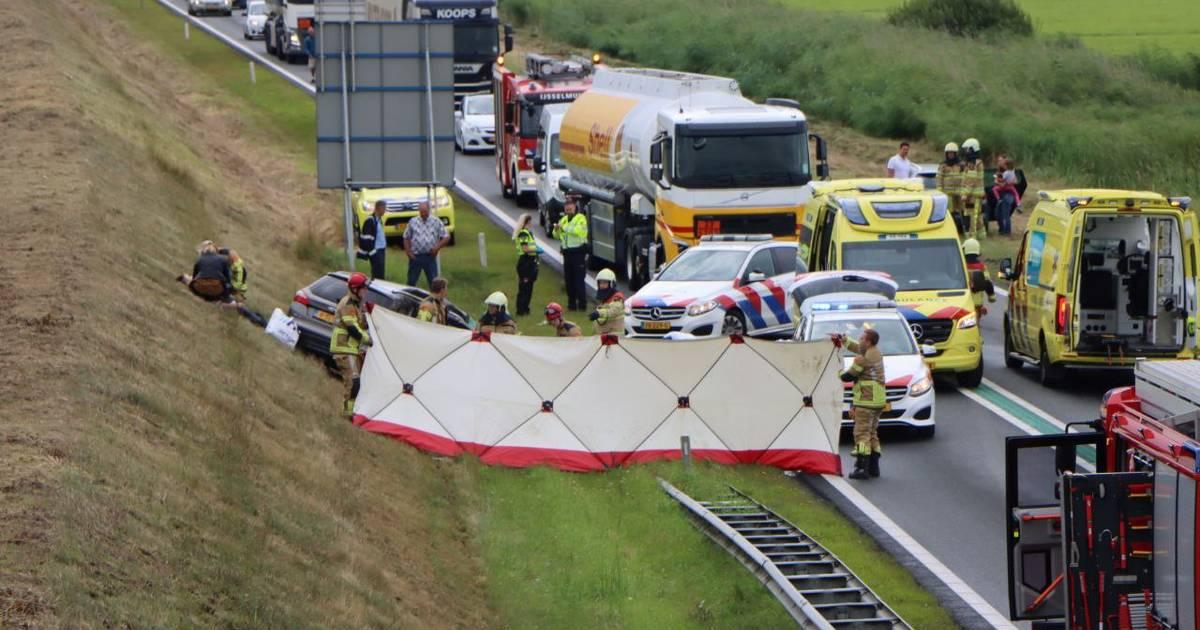 Drie personen zwaargewond bij ernstig ongeval op N50: auto kwam met aanhanger op andere weghelft.