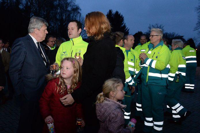 Toenmalig minister Ivo Opstelten bij de heropening van de brandweerkazerne van Gennep in 2014, met toen ook een ambulancepost erbij.