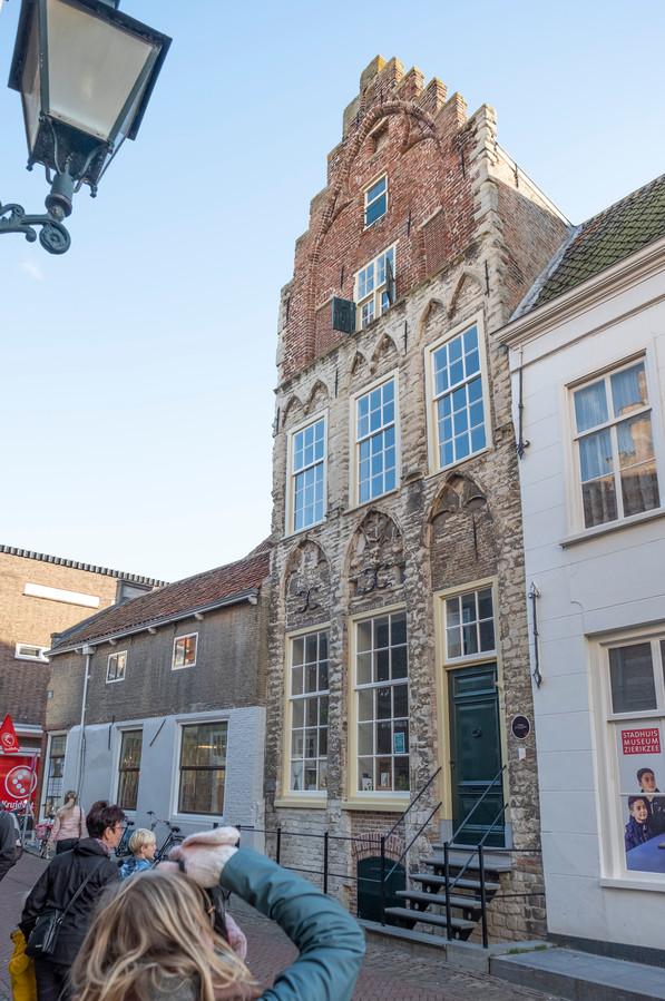 Huis de Haene, het Tempeliershuis in de volksmond, heeft een gevel aan Meelstraat 1 en aan Poststraat 4. Het verbindt beide straten: trap op, trap af, kamer in, kamer uit.