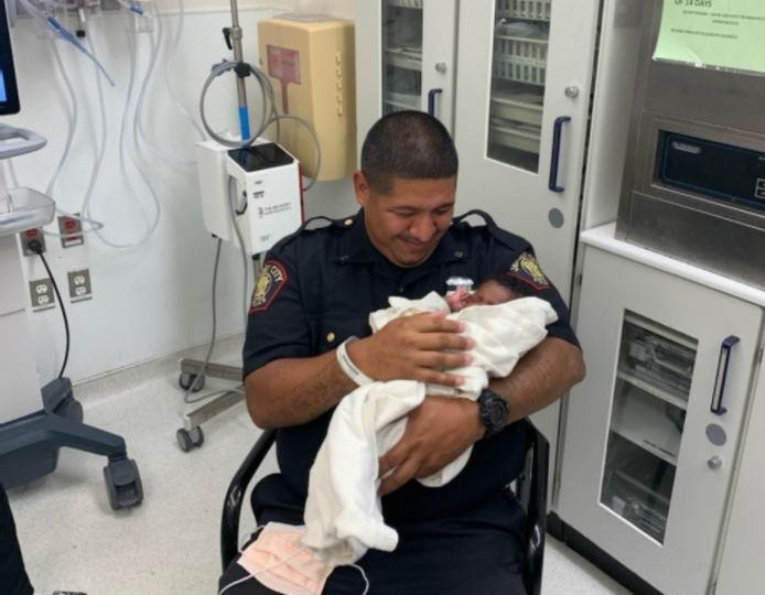 L'officier Eduardo Matute avec le bébé.