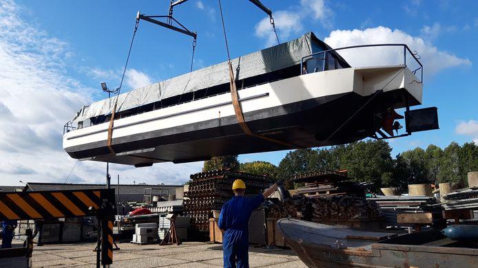 Rondvaartboot De Waterengel werd maandag vanuit Eindhoven naar Sint Michielsgestel gebracht. Hier gaat een groep vrijwilligers de boot opknappen en rolstoeltoegankelijk maken