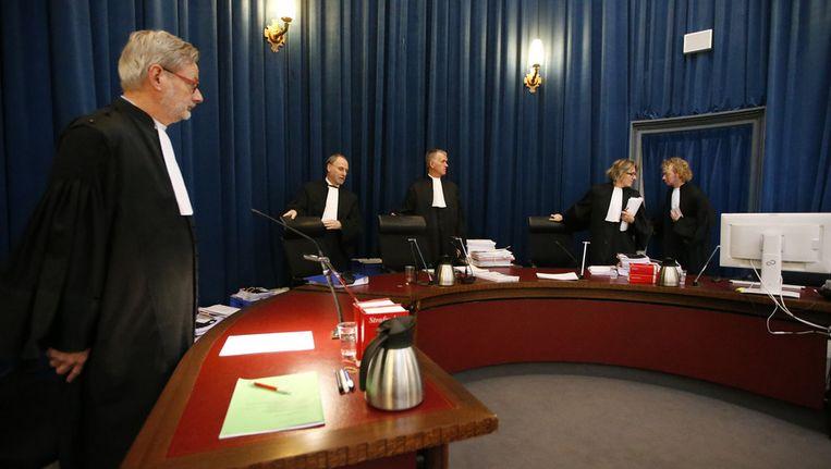 Advocaat-generaal L.P. den Hollander, mr. L. Wemes, mr. H.J. Deuring en J. Dolfing (VLNR) in het gerechtshof van Leeuwarden waar het hoger beroep van de strafzaak tegen zes minderjarigen en een meerderjarige in de grensrechterzaak plaatsvond. Beeld anp