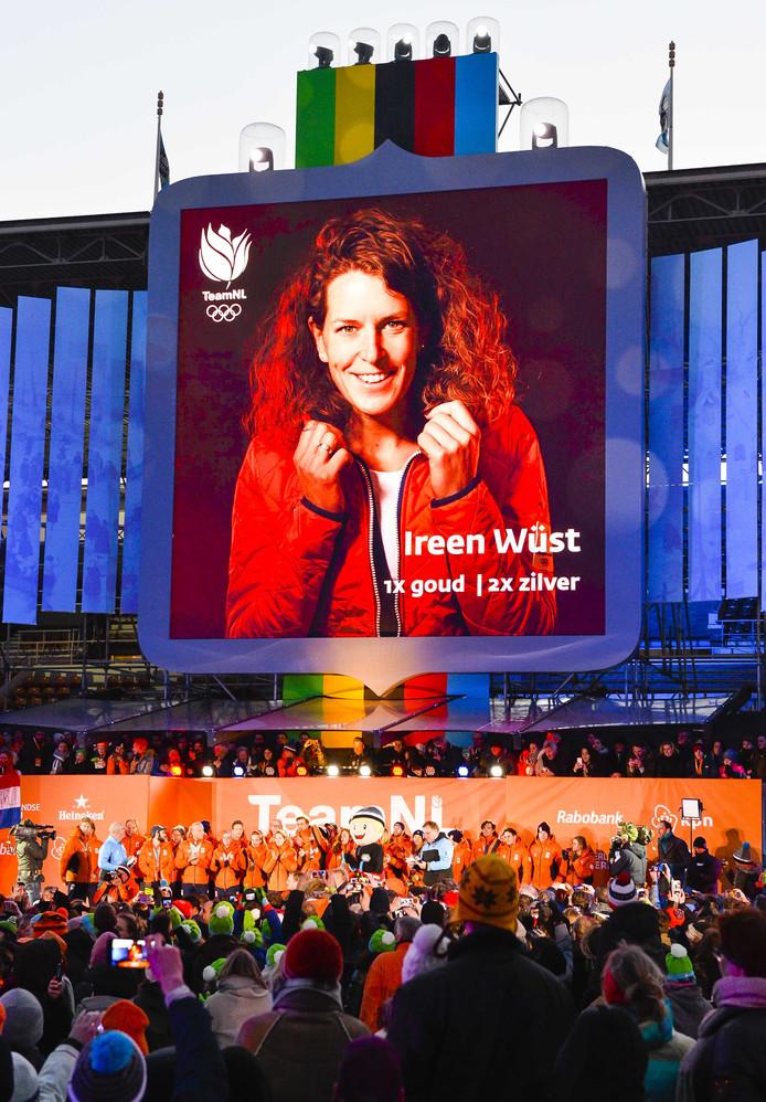 Ireen Wüst op het podium op de Coolste Baan tijdens de huldiging van de olympische sporters na de Olympische Winterspelen van Pyeongchang.