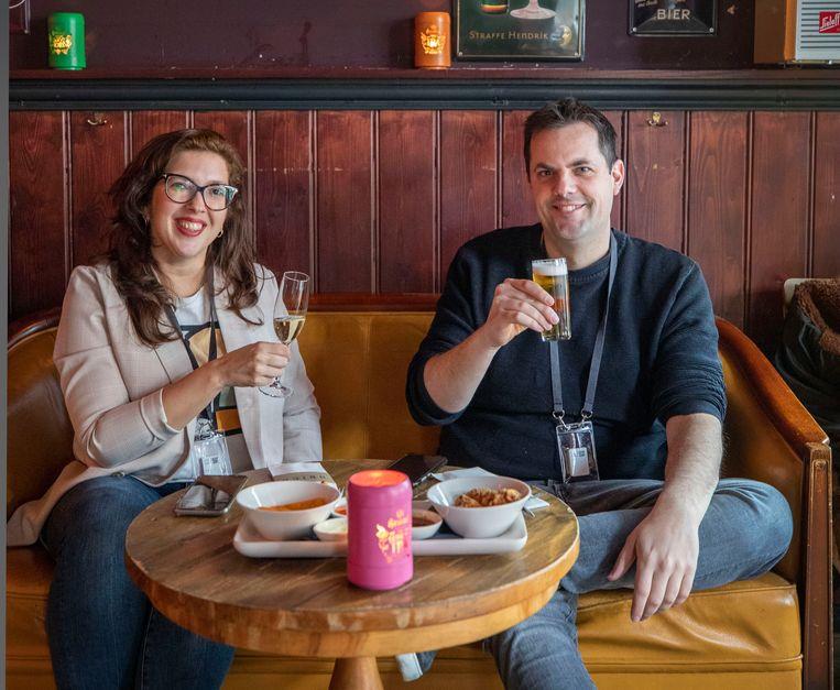 Linda van Rooijen en Ferdi Hellemons in Fieldlab Café Ubica in Utrecht. Beeld Werry Crone