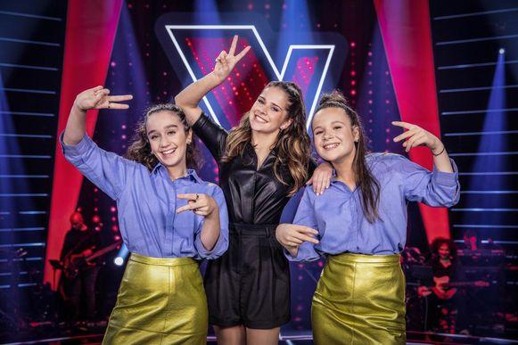 Emma met haar coach Laura Tesoro en Marilys (links), de andere zangeres van Team Laura