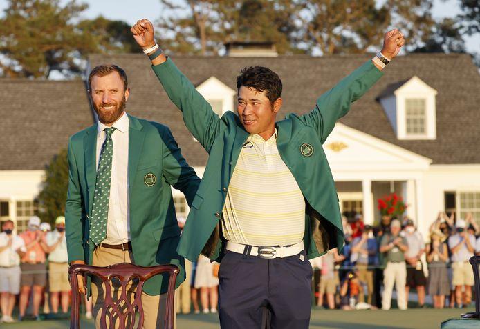 Hideki Matsuyama heeft het groene jasje ontvangen uit de handen van Dustin Johnson.
