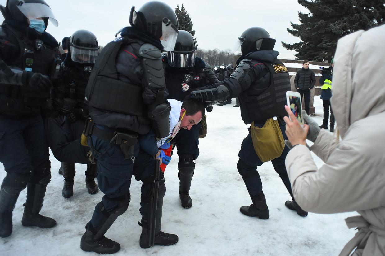 Een demonstrant word gearresteerd tijdens de demonstraties in Sint Petersburg Beeld AFP