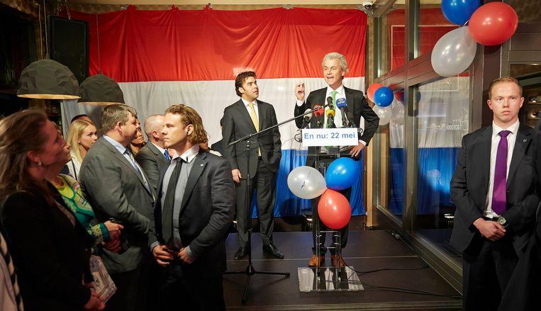 PVV-leider Geert Wilders, geflankeerd door de Haagse lijsttrekker Leon de Jong, liet zijn toehoorders in 2014 scanderen dat er minder Marokkanen moeten komen in Nederland.  Beeld Hollandse Hoogte / Phil Nijhuis