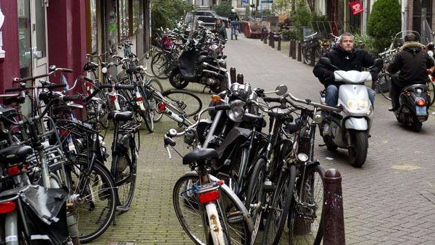Fietsen staan her en der op de stoep geparkeerd in de Korte Leidsedwarsstraat te Amsterdam.