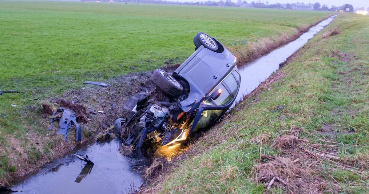 Auto op de kop in de sloot na botsing op de A28 bij Putten.