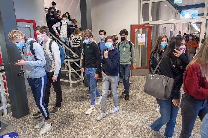Pix4Profs-Ron Magielse eerste dag dat flink wat scholen, zoals het olv,  het dragen van mondkapjes verplicht heeft gesteld.