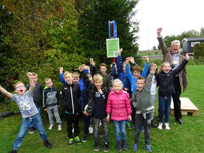 De kinderen zijn blij: zij mogen weer een boomhut bouwen.