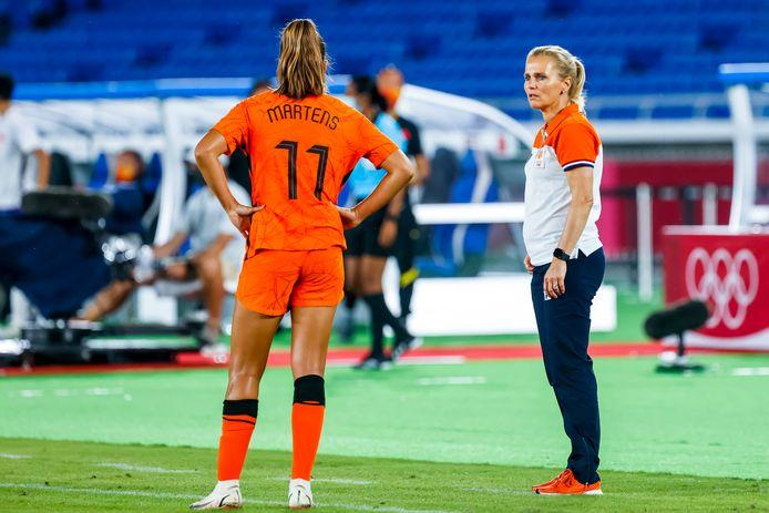 Lieke Martens in overleg met Sarina Wiegman, die na de Olympische Spelen bondscoach van Engeland wordt.