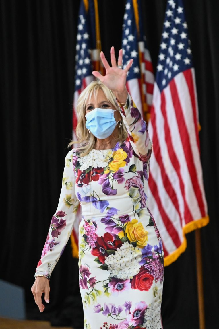 Romantische, tijdloze bloemenjurken combineert Biden vaak met een modieuze statementhak. Beeld AFP