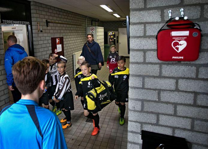 Veel voetbalclubs hebben een AED in of bij hun kantine, zoals hier bij VV Gemert.