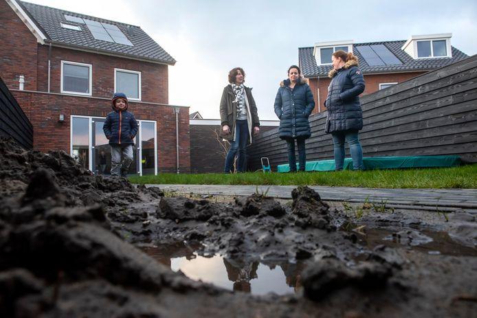 Het is hopeloos in de wijk Harderweide. Vooral bewoners van de Korenbloemdreef en Dotterbloemdreef hebben wateroverlast. Ook Anja Klaassen, Maryse Meijer (met zoon Max) en Roos Duiker (vlnr) kunnen meepraten over water in kruipruimtes, in tuinen en op terrassen dat maar niet wegloopt.