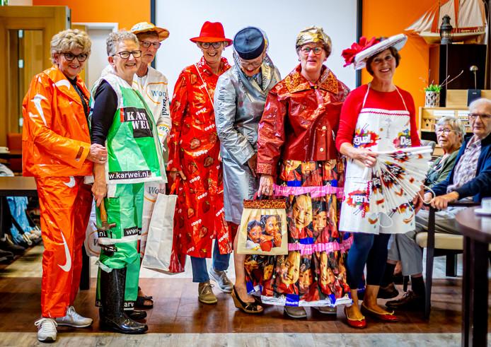 De modellen in het Sliedrechtse zorgcentrum Parkzicht droegen allerlei kledingstukken die gemaakt zijn van hergebruikt plastic.