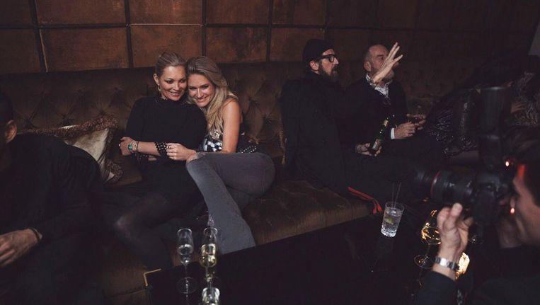 Nikkie Plessen (r) en Kate Moss tijdens hun feestje in het Soho House Beeld Michael Graste