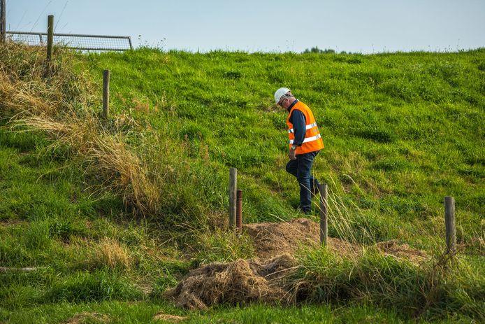 De inspectie van de dijken door Waterschap Aa en Maas gaat de komende dagen dag en nacht door.