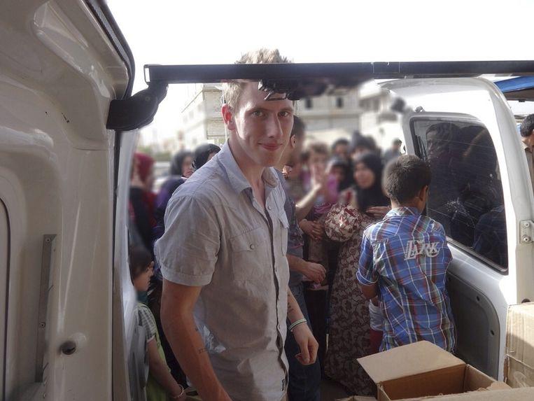 De Amerikaanse hulpverlener Peter Kassig aan het wek in de Libanese Bekaa-vallei. Beeld REUTERS