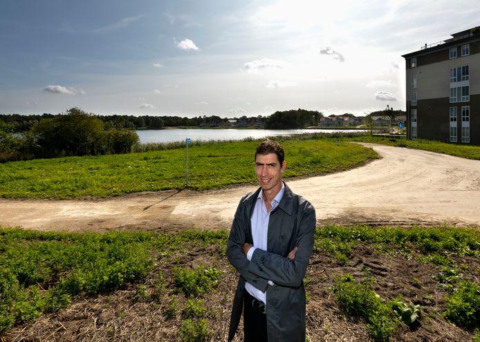 Ondernemer Ronald Brugmans op de plek bij het Gat van Waalre waar 'zijn' paviljoen gebouwd zou moeten worden.